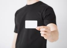 Mano del hombre con el papel en blanco Foto de archivo