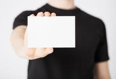 Mano del hombre con el papel en blanco Fotografía de archivo libre de regalías