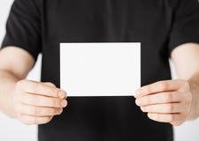 Mano del hombre con el papel en blanco Imagen de archivo libre de regalías