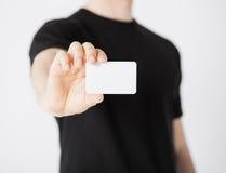 Mano del hombre con el papel en blanco Foto de archivo libre de regalías
