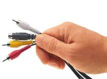 Mano del hombre con un manojo de cable video. Fotos de archivo