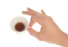 Mano del hombre con una taza Imagen de archivo