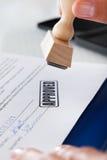 Mano del hombre de negocios con el sello de goma Fotos de archivo libres de regalías
