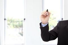 Mano del hombre de negocios con la pluma lista para escribir algo Imagen de archivo