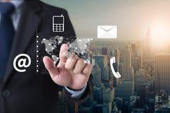 Mano del hombre de negocios de Digitaces del negocio que trabaja en el ordenador portátil y imagen de archivo libre de regalías
