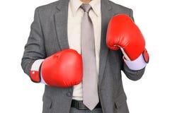 Mano del hombre de negocios en el guante de boxeo aislado en el fondo blanco Foto de archivo libre de regalías