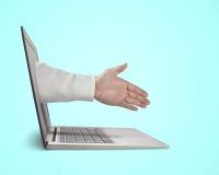 Mano del hombre de negocios que alcanza hacia fuera de la pantalla a la sacudida con Fotos de archivo libres de regalías