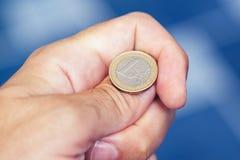 Mano del hombre de negocios que lanza la moneda al tirón en las cabezas o las colas Fotos de archivo libres de regalías