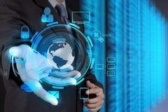 Mano del hombre de negocios que lleva a cabo el icono de la red de la nube Fotos de archivo libres de regalías