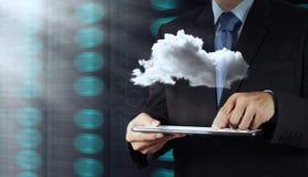 Mano del hombre de negocios que lleva a cabo el icono de la red de la nube Imágenes de archivo libres de regalías