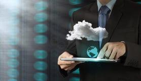 Mano del hombre de negocios que lleva a cabo el icono de la red de la nube Fotografía de archivo libre de regalías