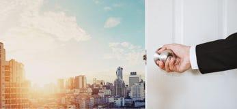 Mano del hombre de negocios que lleva a cabo la abertura del botón de puerta, con el paisaje urbano de Bangkok en salida del sol Fotos de archivo libres de regalías