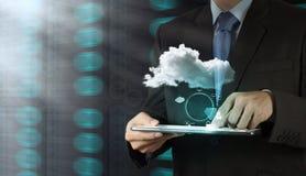 Mano del hombre de negocios que lleva a cabo la red de la nube Fotos de archivo libres de regalías