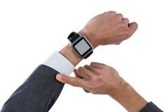 Mano del hombre de negocios que lleva el reloj elegante Imagen de archivo libre de regalías