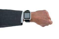 Mano del hombre de negocios que lleva el reloj elegante Imagenes de archivo