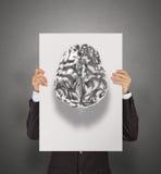 Mano del hombre de negocios que muestra el cartel del cerebro humano del metal 3d Foto de archivo