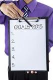 Mano del hombre de negocios que muestra metas 2015 Foto de archivo libre de regalías