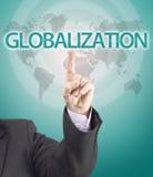 Mano del hombre de negocios que señala a la palabra de la globalización Fotos de archivo libres de regalías