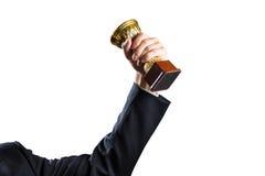 Mano del hombre de negocios que sostiene la taza, éxito del concepto Aislado en blanco imagen de archivo