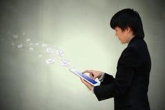 Mano del hombre de negocios que trabaja con la tableta Imagen de archivo libre de regalías