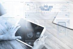 mano del hombre de negocios que trabaja con la tableta digital pH elegante de la pluma de la aguja imagenes de archivo