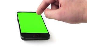 Mano del hombre de negocios usando un teléfono elegante en el café con llave de la croma, pantalla verde, comunicación empresaria almacen de video
