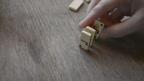 Mano del hombre del efecto de dominó almacen de metraje de vídeo