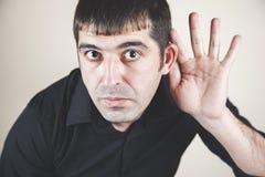 Mano del hombre en oído fotografía de archivo libre de regalías