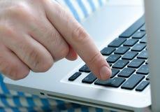 Mano del hombre en un teclado Imágenes de archivo libres de regalías