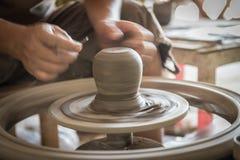 Mano del hombre del escultor con él trabajo imágenes de archivo libres de regalías