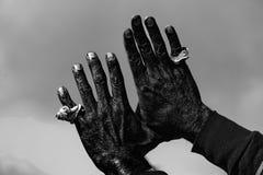 Mano del hombre negro con una cáscara en el cielo Imagen de archivo