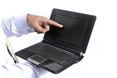 Mano del hombre que señala a una pantalla de la computadora portátil Imagen de archivo libre de regalías