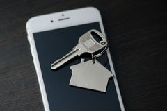Mano del hombre que sostiene el teléfono con la búsqueda gratis Wi-Fi del app en la pantalla en el sitio de la casa fotografía de archivo libre de regalías