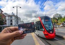 Mano del hombre que sostiene un Istanbulkart imagenes de archivo