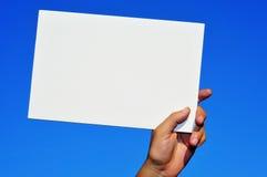 Mano del hombre que sostiene un letrero en blanco Fotografía de archivo libre de regalías