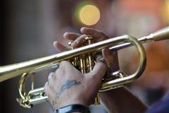 Mano del hombre que toca la trompeta Imagenes de archivo