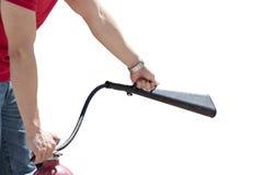 Mano del hombre usando el extintor con el espray principal, concepto de la seguridad Imagenes de archivo