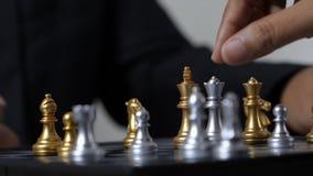 Mano del hombre y de la mujer de negocios que juegan a ajedrez metrajes