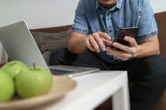 mano del inconformista usando compter del ordenador portátil y el autobús en línea de los pagos móviles Imagenes de archivo