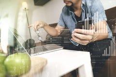 mano del inconformista usando compter del ordenador portátil y el autobús en línea de los pagos móviles Foto de archivo libre de regalías
