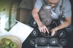 mano del inconformista usando el teclado digital del muelle de la tableta y el pho elegante Imágenes de archivo libres de regalías