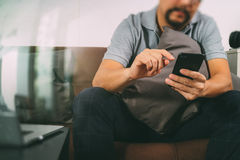 mano del inconformista usando el teclado digital del muelle de la tableta y el pho elegante Imagen de archivo libre de regalías