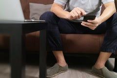 mano del inconformista usando el teclado digital del muelle de la tableta y el pho elegante Fotos de archivo libres de regalías