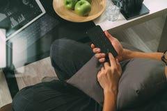 mano del inconformista usando el teléfono elegante para el busine en línea de los pagos móviles Imagenes de archivo