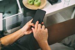 mano del inconformista usando el teléfono elegante para el busine en línea de los pagos móviles Fotografía de archivo libre de regalías
