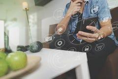 mano del inconformista usando el teléfono elegante para el busine en línea de los pagos móviles Imágenes de archivo libres de regalías