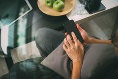 mano del inconformista usando el teléfono elegante para el busine en línea de los pagos móviles Fotos de archivo libres de regalías