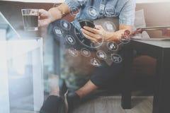 mano del inconformista usando el teléfono elegante, teclado digital del muelle de la tableta, c Fotografía de archivo