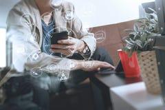 mano del inconformista usando el teléfono elegante, teclado digital del muelle de la tableta, c Fotografía de archivo libre de regalías