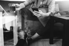 mano del inconformista usando el teléfono elegante, teclado digital del muelle de la tableta, c Imagenes de archivo